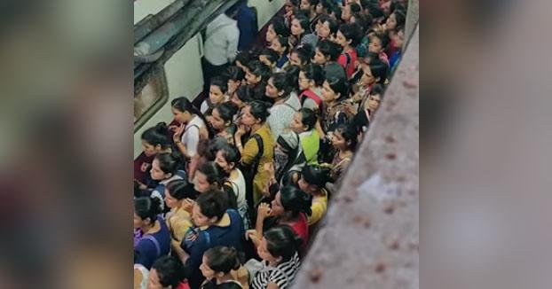 La locura de viajar en tren en Mumbai en hora punta
