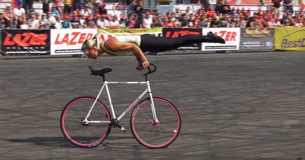 Atención a las acrobacias que hace Nicole Frybortova con la bici