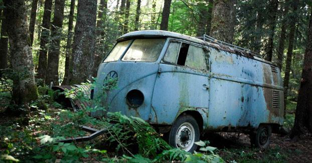 Encuentran una Volkswagen Type II abandonada durante 40 años en el bosque y deciden darle una segunda vida