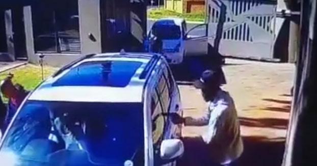 Una abuela embiste con su todoterreno el coche de unos ladrones armados