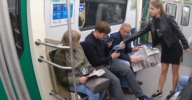 Activistas derraman agua en la entrepierna de hombres que viajan en el metro con las piernas abiertas