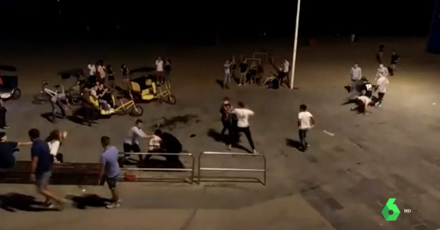 Batalla campal entre bicitaxistas legales e ilegales en la playa de la Barceloneta