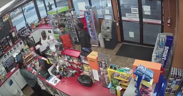 Al cajero de una gasolinera le da un infarto y tres individuos aprovechan para robarle
