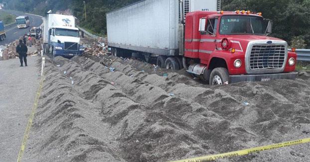 Trataban de robar la mercancía de un tráiler y son arrollados por otro camión en Veracruz