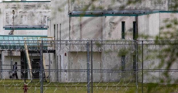Un preso estrangula a su compañero de celda, le saca los ojos y se hace un collar con las orejas