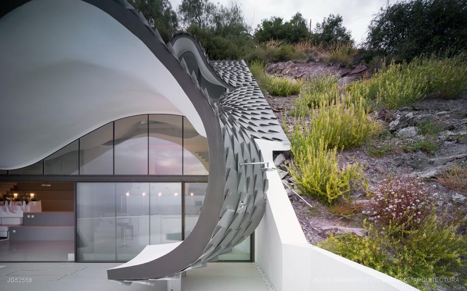 Casa encajada en un acantilado frente al mar en Granada en una parcela de 42º de inclinación