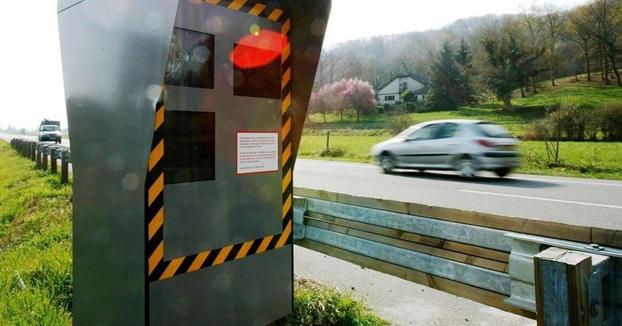 Juzgan a un conductor que fue cazado a 914 km/h