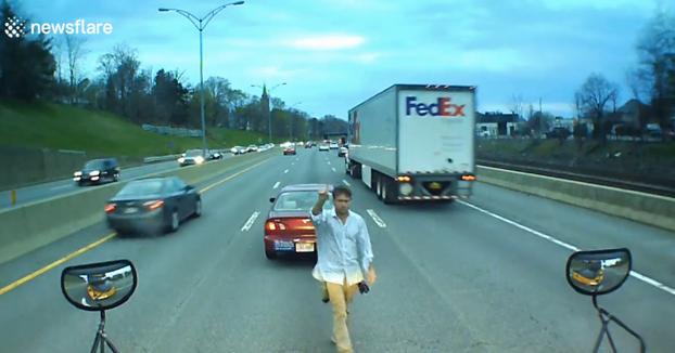 Un conductor hace frenar a un autobús escolar en mitad de la autopista para saber por qué las ventanillas eran oscuras