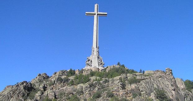 Miles de firmas piden que se sustituya la cruz del Valle de los Caídos por una estatua de Batman