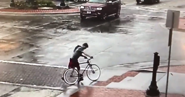 Un hombre es detenido después de ser grabado tirando una bandera de Estados Unidos a la carretera
