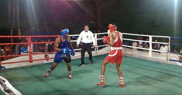 Mientras tanto, en un combate de boxeo en India...