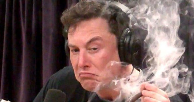 Elon Musk se fuma un porro de marihuana durante un programa de radio