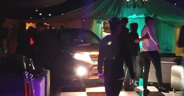 Un joven de 21 años empotra su coche contra un club nocturno lleno de gente como venganza por haber sido expulsado minutos antes
