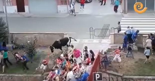 Dos heridos por un toro que se sale de su recorrido en Alcorisa, Teruel. Vídeo de los momentos