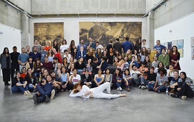 Una escuela francesa pillada oscureciendo la piel de sus alumnos blancos y añadiendo estudiantes negros con Photoshop