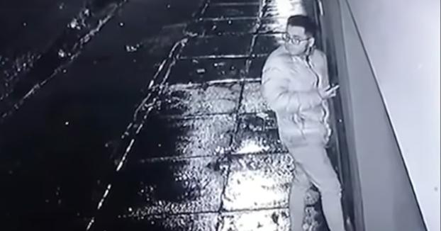 Este joven evita que le roben el teléfono lanzándolo por un muro