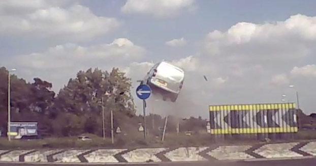 Circula a toda velocidad con la furgoneta sin darse cuenta de que está llegando a una rotonda y choca contra ella. Atención al salto que pega