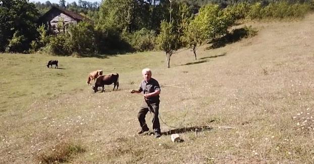 La reacción de un granjero turco de 70 años al ver un drone por primera vez