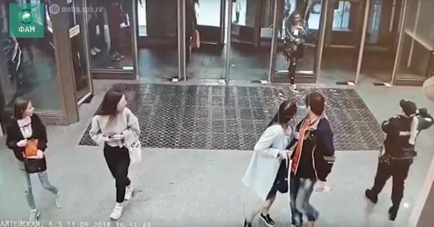 Una joven iba distraída con su móvil y rompe el cristal de una puerta del metro de San Petersburgo