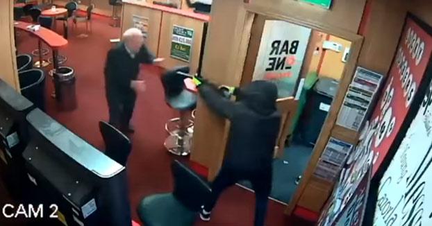 Un jubilado de 84 años se enfrenta a tres ladrones armados y les hace huir