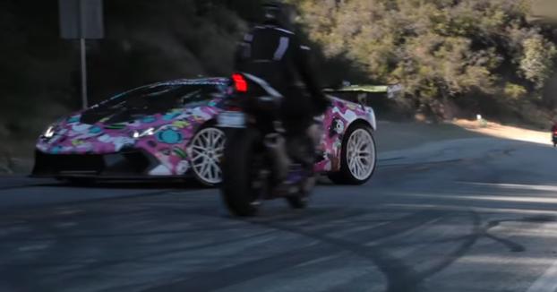 El piloto de una Yamaha R1 se libra de chocar contra el Lamborghini Huracan de Alex Choi por muy poco