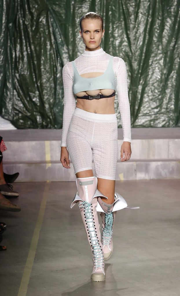 Modelos con tres pechos desfilan en la Semana de la Moda de Milán