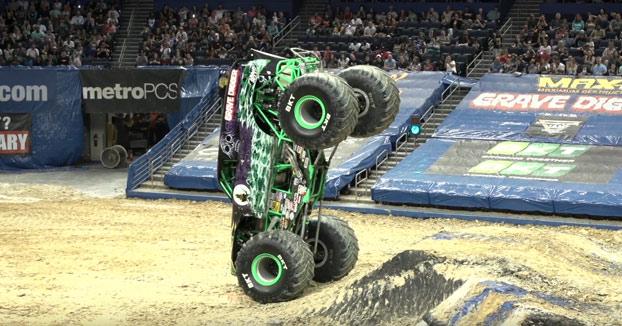 El piloto Grave Digger deleitó a los asistentes del Monster Jam con su habilidad sobre dos ruedas