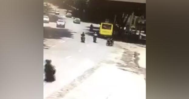 Motorista circula sin casco y utilizando su móvil y acaba chocando de forma brutal contra un bus