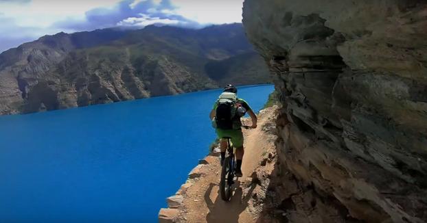 ''Relajado'' paseo en bici al lado del lago Phoksundo, en Nepal