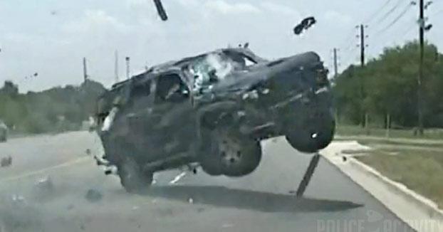 Una mujer sale disparada de su coche después de una persecución con la policía
