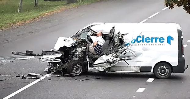 Este repartidor se queda dormido al volante y choca contra un camión que viene en sentido contrario. Es un milagro que haya sobrevivido