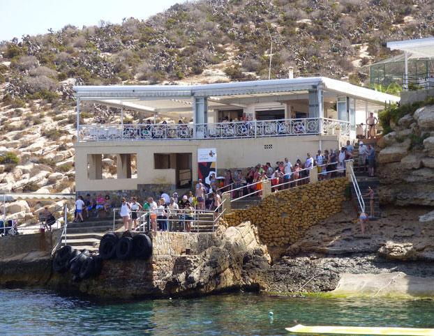 El restaurante de la isla de Benidorm pide ahora la licencia de apertura tras 50 años sirviendo paellas y hamburguesas