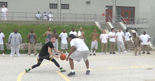 The Professor se pasa el día en una cárcel para jugar al baloncesto con los presos e inspirarlos