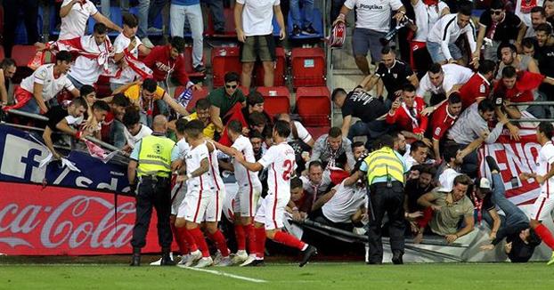 Varios heridos tras ceder la valla de una grada durante un partido entre el Éibar y el Sevilla