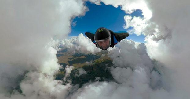 Volando entre las nubes con Wingsuit