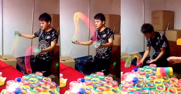 Este chico si que sabe manejar el Slinky Rainbow