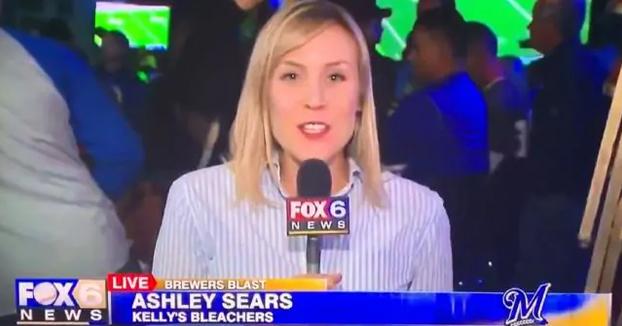 Una reportera es besada por otra mujer mientras estaba en directo en un bar