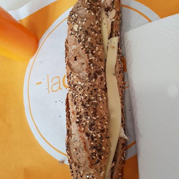 Bocadillo de queso La Cuina Sana Cornellá