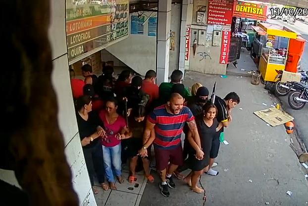 Brasil: Momento en el que unos atracadores forman un escudo humano con 25 rehenes