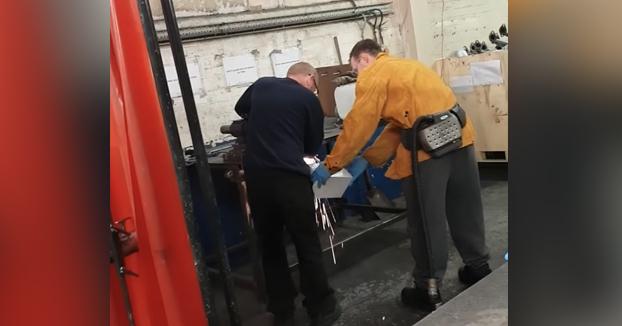 Troleando al nuevo soldador: Le dicen que recoja las chispas antes de que caigan al suelo