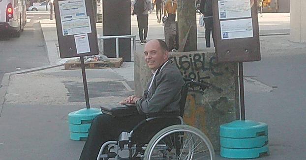 Un conductor de autobús hace bajar a todos los pasajeros por no ayudar a un hombre en silla de ruedas a subir