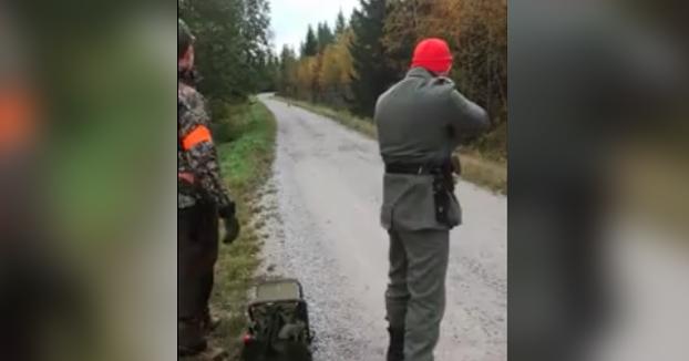 Un conejo corre directamente hacia unos cazadores que intentan matarlo