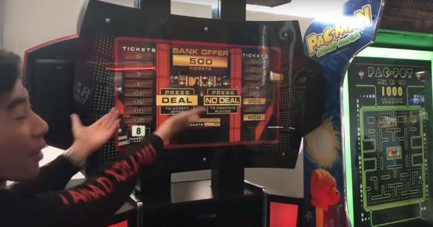 Con este ingenioso truco estos chavales consiguen 'hackear' una máquina arcade del juego 'Deal or No deal'