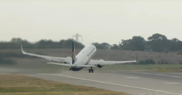 Pelos de punta con este despegue de un avión de Ryanair desde Birmingham con destino Lanzarote