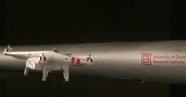 Dron impactando contra el ala de un avión a 400 km/h