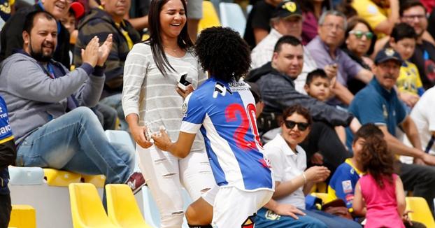 El futbolista venezolano Eduard Bello le pide matrimonio a su novia después de marcar un tanto