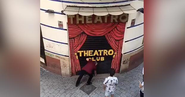 Rescatan a las 10 de la mañana a un joven que se quedó dormido en los baños de la discoteca Theatro Club de Málaga. Vídeo del momento