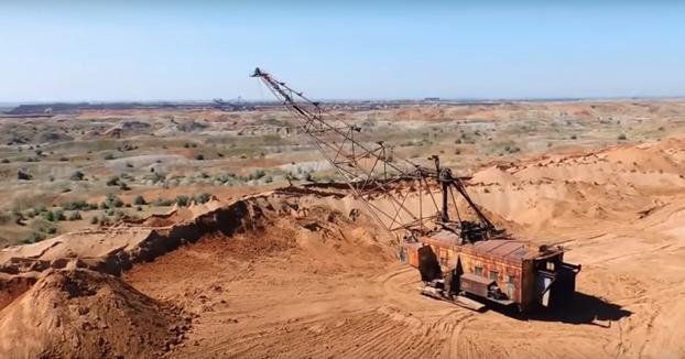 Una excavadora que parece sacada de la película Mad Max