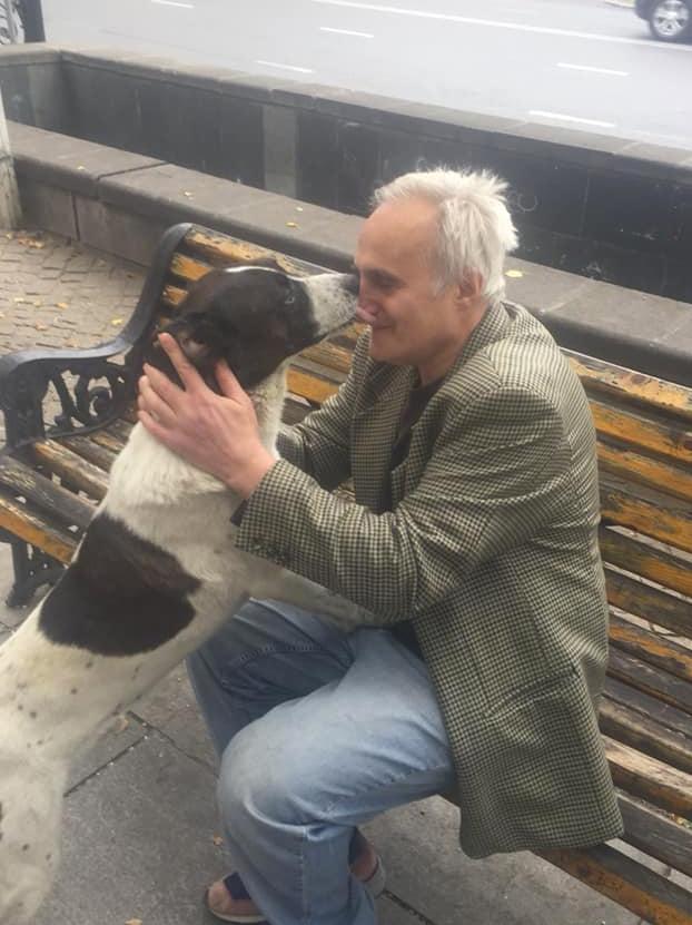 Un perro llora al reencontrarse con su dueño tras pasar varios años en la calle