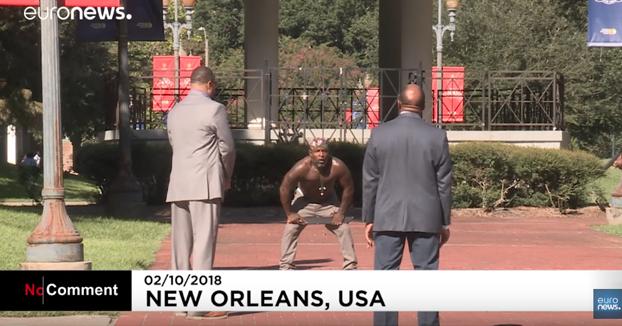 Un hombre con un enorme machete en el centro de Nueva Orleans